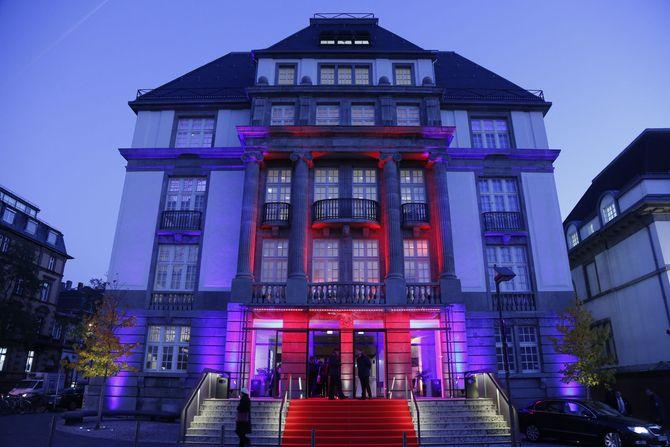 Fassade des Deutschen Filmmuseums bei Nacht