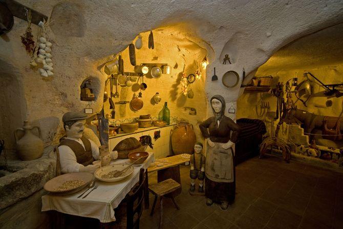 Miniatur-Reproduktion einer Höhlenwohnung - Kunstwerk von Rizzi Eustachio (© Sandro Bedessi, Fototeca ENIT)