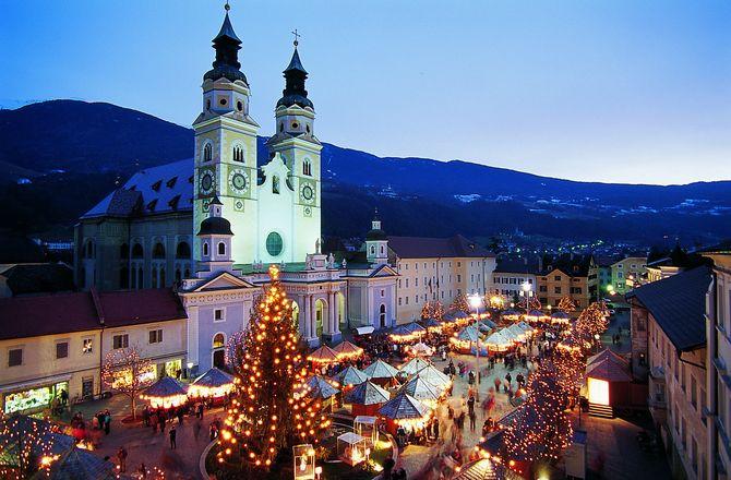 Schöne Kulisse des Weihnachtsmartktes in Brixen vor dem beleuchteten Dom (© Tourismusverein Brixen)