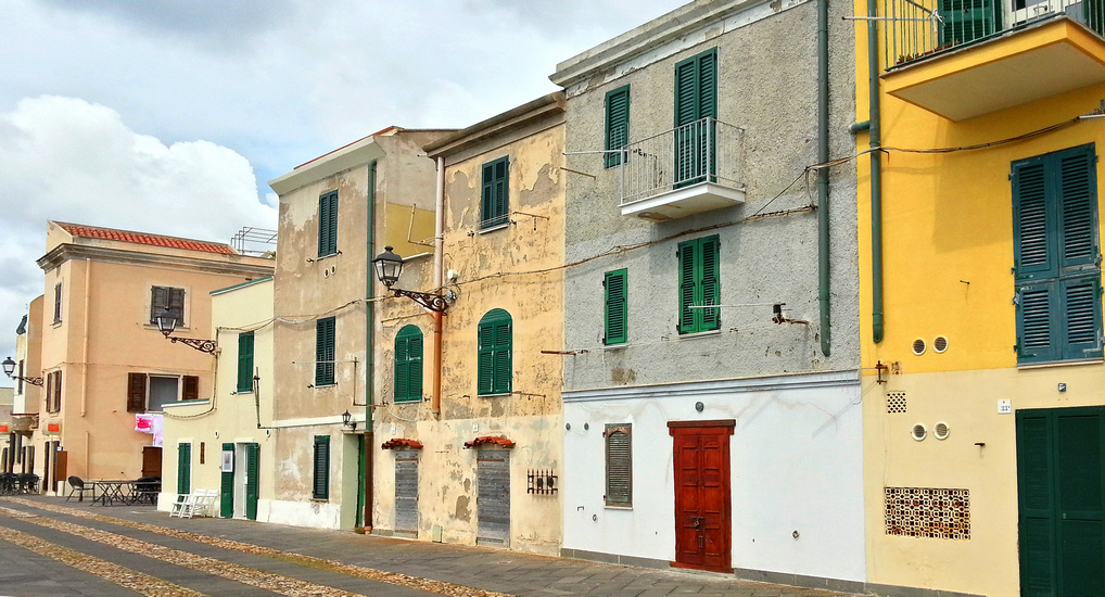 Bunte Häuser auf der Stadtmauer von Alghero (© Redaktion - Portanapoli.com)