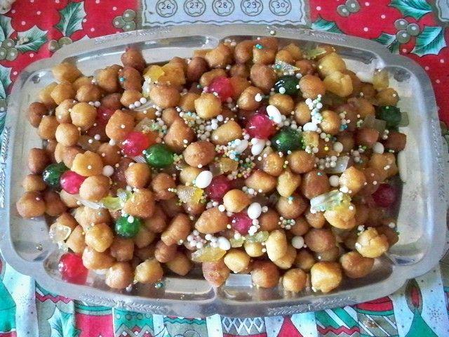 Wie kleine bunte Weihnachtskugeln: Struffoli (© Nevia - Portanapoli.com)