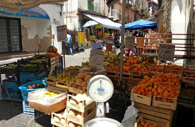 Köstliche Aprikosen, Mandarinen, Melonen und Pflaumen (© Redaktion - Portanapoli.com)