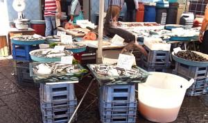 Frischer Schwertfisch, Sardellen, Miesmuscheln und Garnelen (© Redaktion Portanapoli.com)