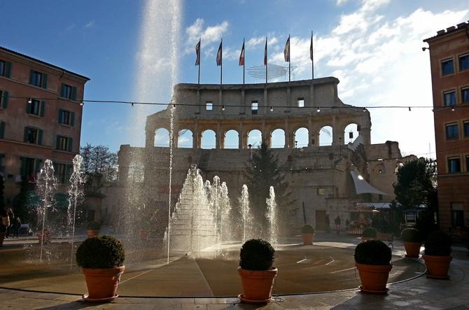 Fast wie in Rom: Kolosseum-Bogen des Hotels Colosseo (© Redaktion - Portanapoli.com)