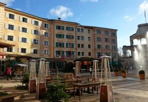 Im Sommer kann man in den Cafés und Restaurants draußen sitzen (© Redaktion - Portanapoli.com)