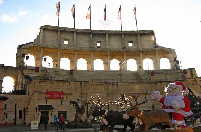 Weihnachtsschlitten vor dem Colosseo-Bogen des Hotels. Dort ist auch der Zugang zum Wellnessbereich. (© Redaktion - Portanapoli.com)