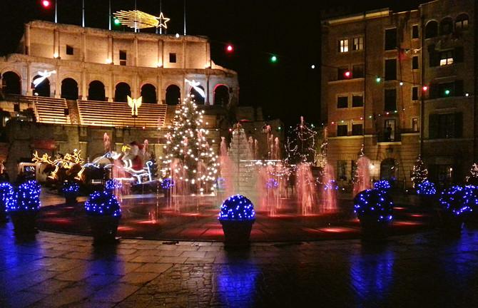 Wasserspiele auf der Piazza des Hotels Colosseo (© Redaktion - Portanapoli.com)