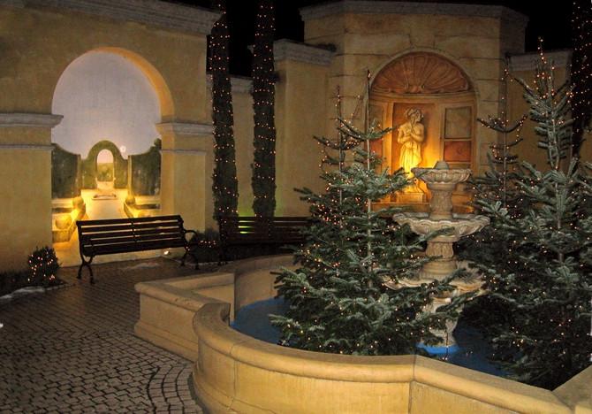 Weihnachtlich beleuchteter Hotelgarten mit Brunnen und Wandgemälden (© Redaktion - Portanapoli.com)