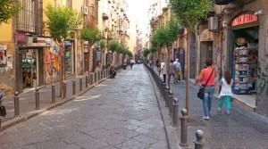 In der Via San Sebastiano gibt es viele Geschäfte mit Mandolinen (© Redaktion Portanapoli.com)