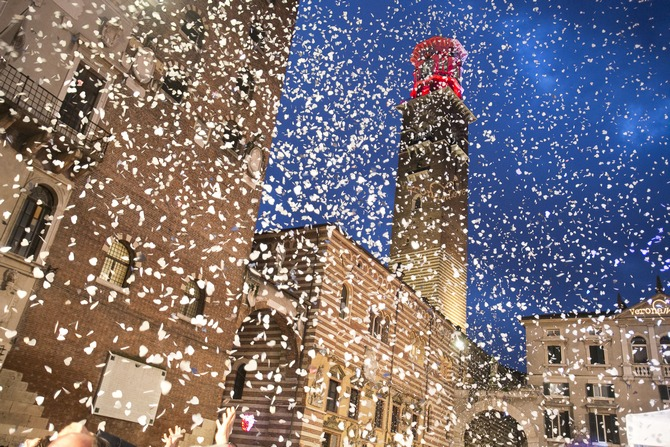 Konfetti aus weißen Papierherzen schneien über VeronaAuf dem  Foto: © Ph. F. Dall'Aglio. Archivio Foto Provincia di Verona Turismo. www.tourism.verona.it