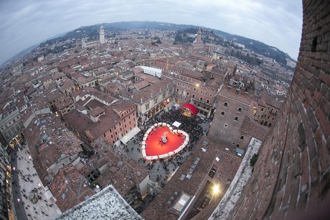 In der Altstadt schlägt das Herz von Verona. Auf dem Marktplatz gibt es ein riesiges Herz. Foto: © Ph. F. Dall'Aglio. Archivio Foto Provincia di Verona Turismo. www.tourism.verona.it