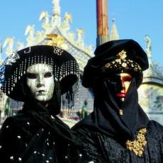 Karneval in Venedig: Prächtige Kostüme und farbenfrohe Masken