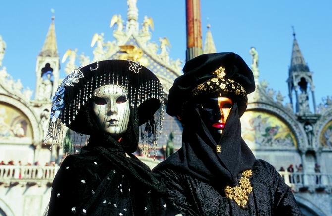 Wunderbare Masken mit dem Flair vergangener Zeiten (© Vito Arcomano - Fototeca ENIT)