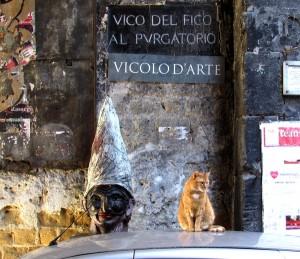 Pulcinella und ihr roter Freund begrüßen die Besucher der Altstadt (© Portanapoli.com)