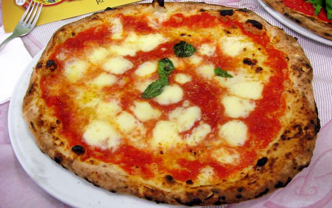Die riesige Pizza Margherita passt kaum auf den Teller (© Redaktion Portanapoli.com)