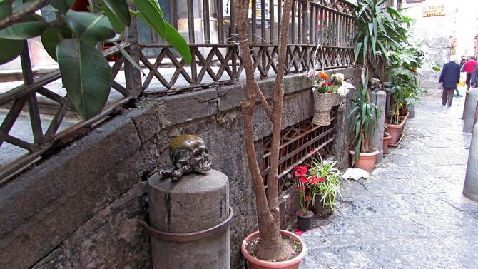 Totenköpfe vor der Krypta der Chiesa Santa Maria delle Anime Purgatorio (© Redaktion - Portanapoli.com)