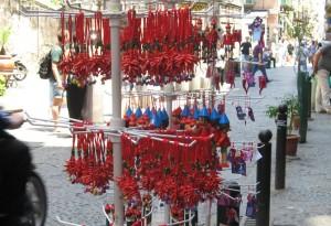 Überall in Neapel werden die roten Hörnchen gegen den bösen Blick verkauft (© Redaktion Portanapoli.com)