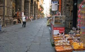 """Geschäft mit """"O' spass"""" in der mit Lavasteinen gepflasterten Via dei Tribunali (© Redaktion Portanapoli.com)"""