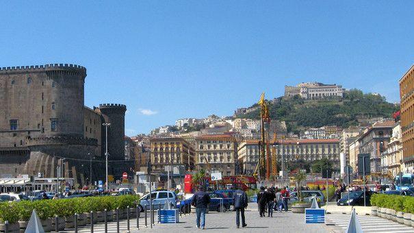 Vom Hafen blickt man auf den Vomero-Hügel und die Burg Maschio, neben der die U-Bahn-Station gebaut wird (© Redaktion Portanapoli.com)