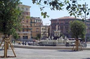 Die Piazza Municipio am Hafen wird mit vielen neu gepflanzten Steineichen aufgewertet. (© Redaktion Portanapoli.com)