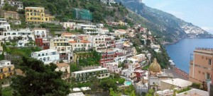 An einen Steilhang schmiegt sich Positano an der Amalfiküste (© Redaktion - Portanapoli.com)