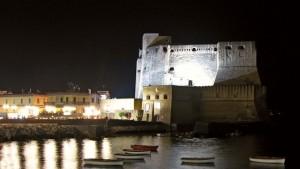 Nachts wird das Castel dell'Ovo beleuchtet.
