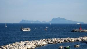 Bei klarem Wetter sieht man die Silhouette von Capri