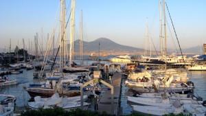 Die Doppelberge des Vesuvs sind das Wahrzeichen von Neapel.