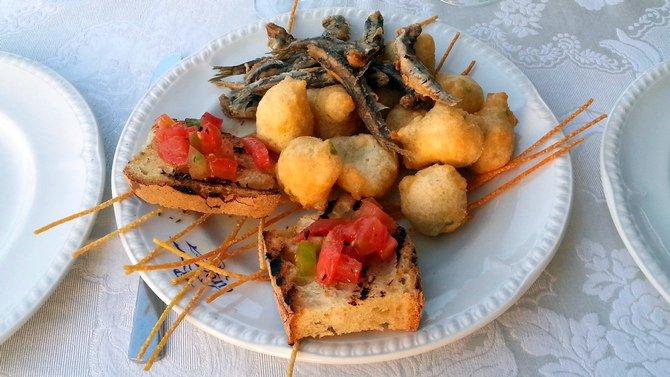 Zeppole mit Algen, frittierte Sardellen und geröstetes Brot tummeln sich viele Yachten