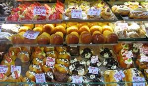 Bei diesem Angebot fällt die Auswahl schwer: Babà (Mitte) und Sfogliatella (oben und rechts)