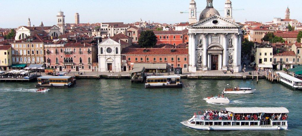 Vom Balkon der Kreuzfahrtschiffs sieht man Venedig aus einer völlig neuen Perspektive