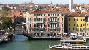 De eindrucksvollen Häuser von Venedig ziehen langsam an uns vorbei. Blick vom Deck.