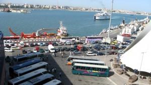 Blick von der Kabine auf den Hafen, wo schon Ausflugsbusse warten
