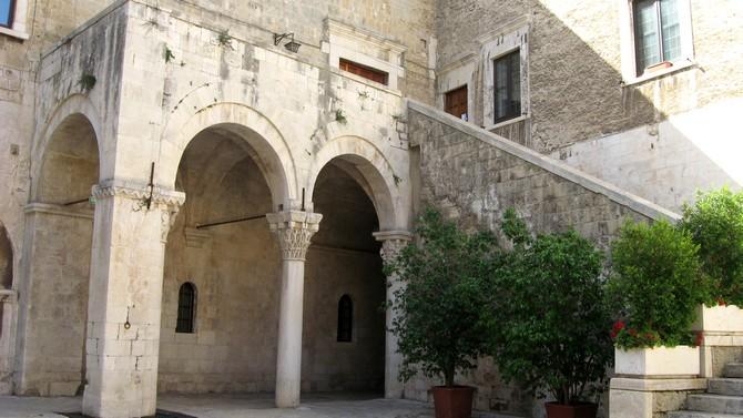 Charakteristischer Burghof des Castello Svevo