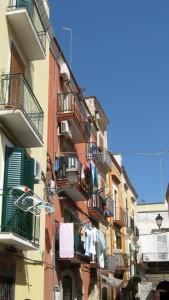 Typische Hausfassaden mit hübschen Balkonen