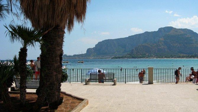 Schöner Ausblick von der Promenade in Mondello