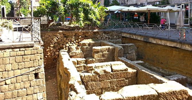 Die antike Stadtmauer an Piazza Bellini