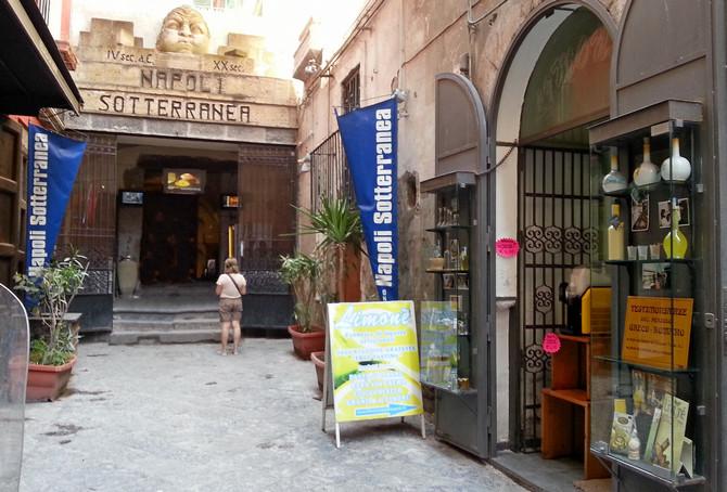 Eingang zum unterirdischen Neapel an der Piazza San Gaetano in der Altstadt