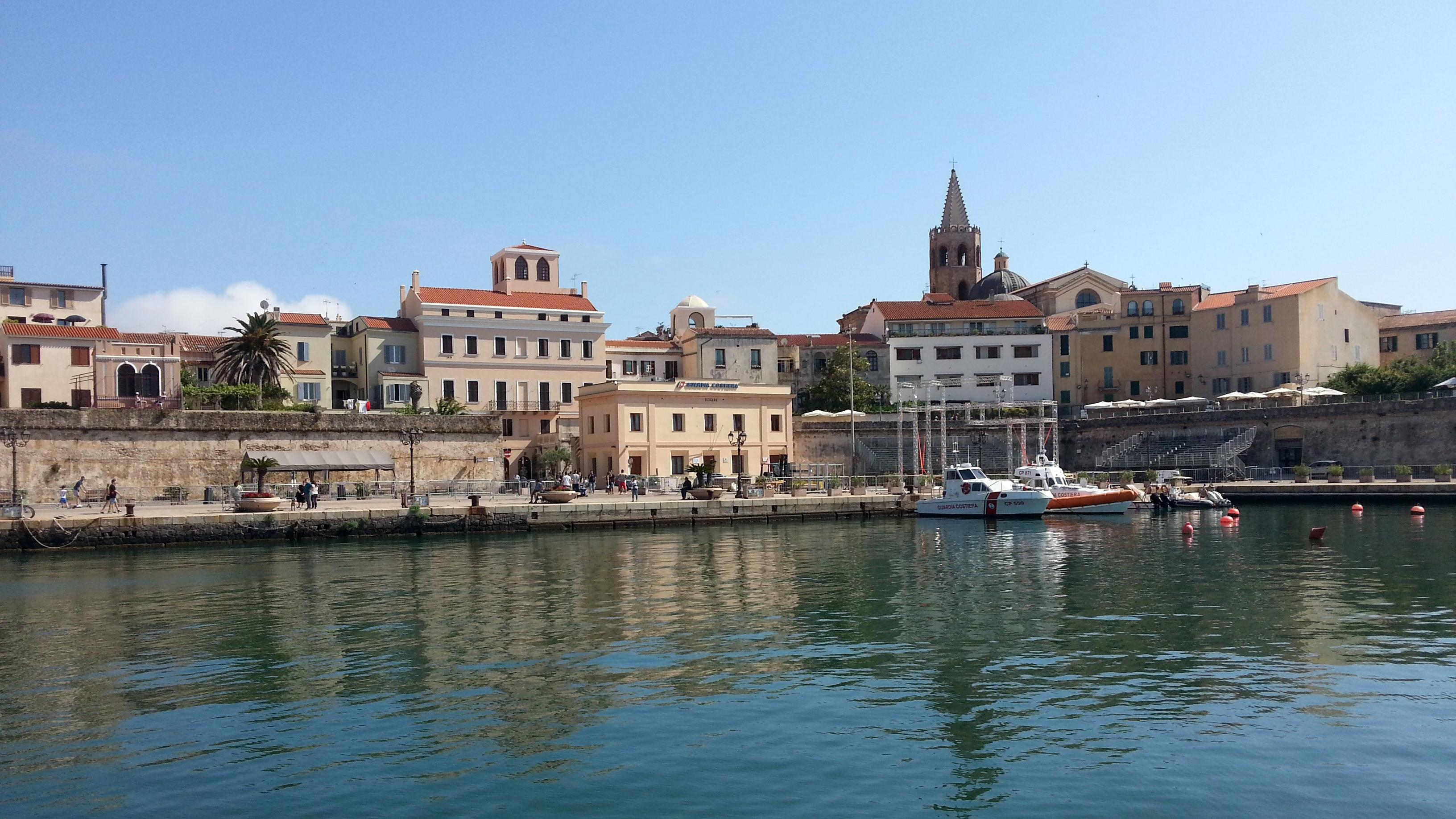 Malerisches Alghero vom Boot aufgenommen.
