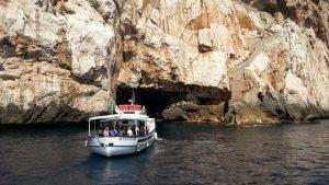 """Ablegendes Boot am Grotteneingang. Werr lieber zu Fuß unterwegs ist nimmt die Treppe """"Escala del capriol"""" rechts"""