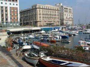 Am Hafen von Santa Lucia in Neapel gibt es die exklusivsten Hotels