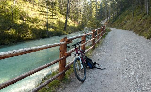 MTB Tour Pederu-Pieve, vorbei an einem kristallklarer Fluss