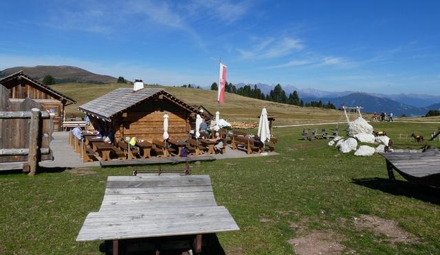 """Hier speist man in einer Traumumgebung: Hütte """"Rifugio Munt de Furnella"""" auf dem Würzjoch"""