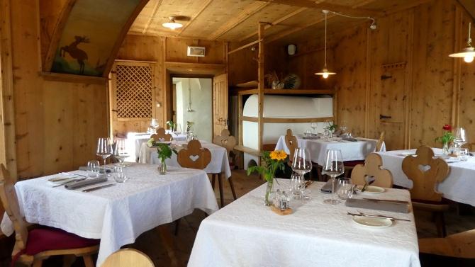 Liebevoll restaurierte Stube im historischen Gemäuer der Sichelburg