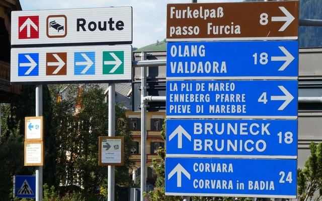 Ortschild in Italienisch, Deutsch und Ladinisch