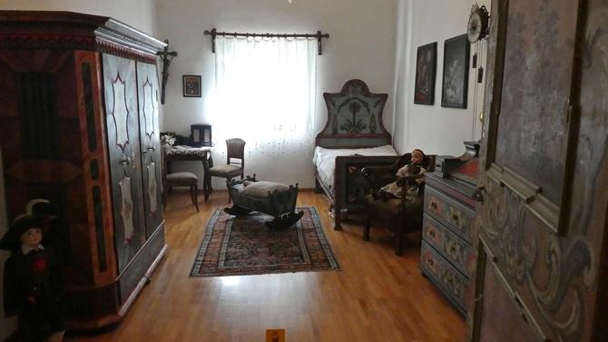 Schlafzimmer der Adeligen im Mairhof des Museums