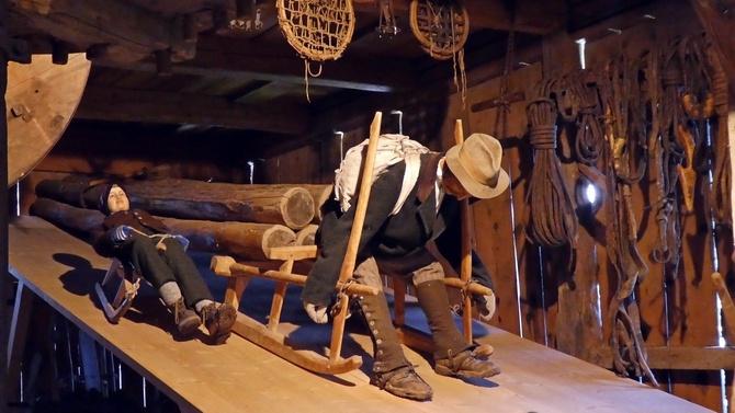 Holztransport von den Bergen ins Tal: Als Bremse dienten nur die Spikes der Schuhe