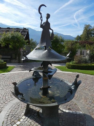 Brunnen mit der Heiligen Notturna, Die Figuren unten stellen die Lebenszyklen dar.