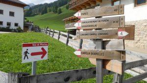 Wegweiser sind dreisprachig in Ladiniisch, Italienisch