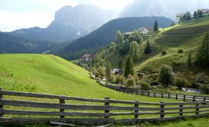 Blick über das Mühlental auf die Berggipfel der Dolomiten